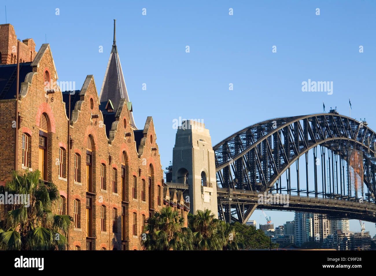 The architecture of the Australasian Steam Navigation Co. building and Harbour Bridge.  Sydney, New South Wales, Stock Foto