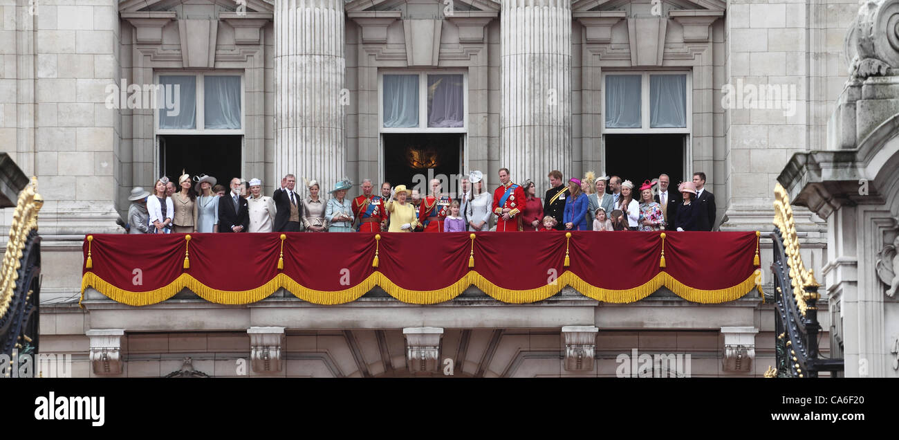 Queen elizabeth ii prince philip and royal family on the for Queen elizabeth balcony