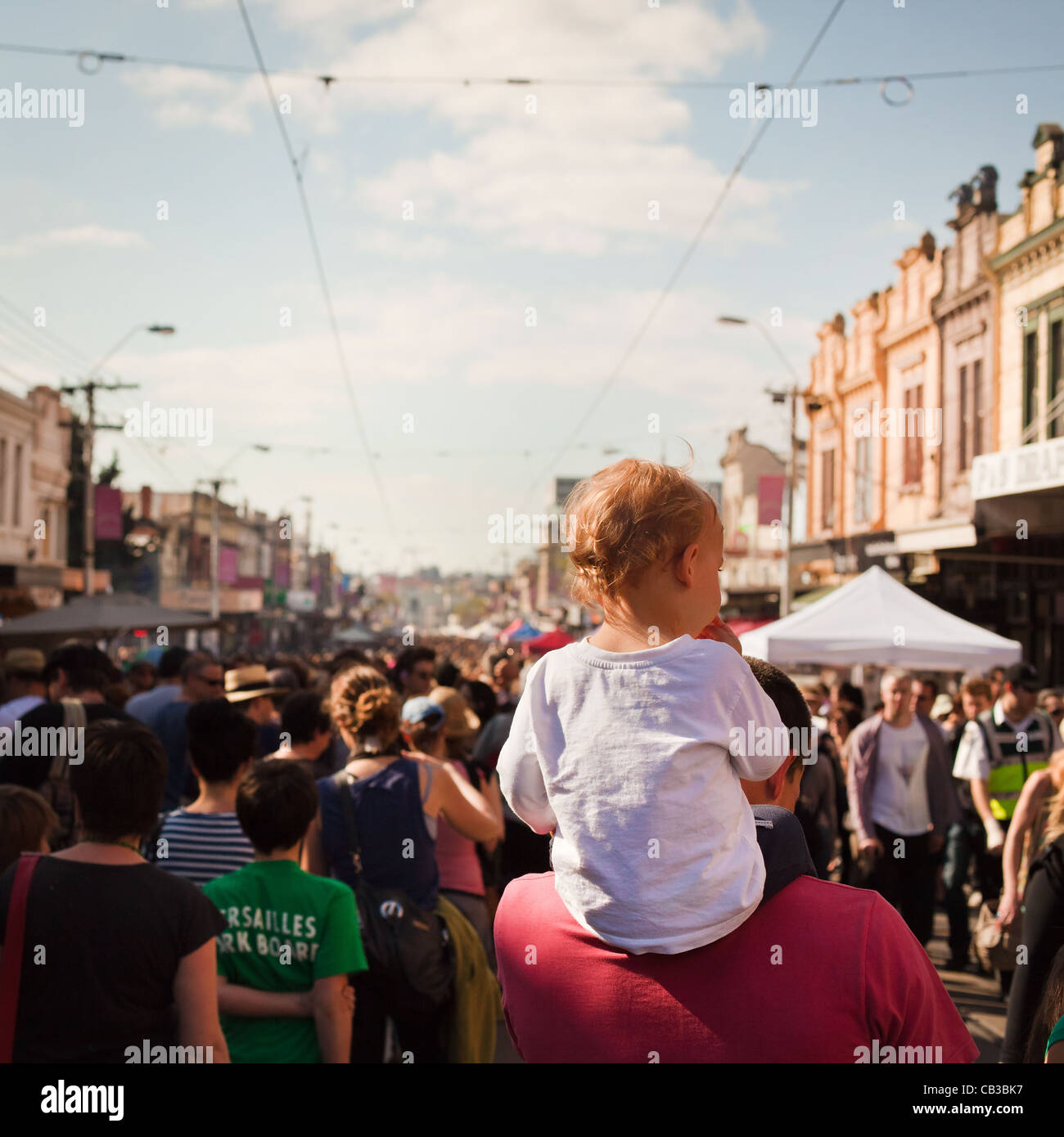 High Noon community festival is a Northcote local music fest in Melbourne, Australia child gets a piggy back through Stock Foto