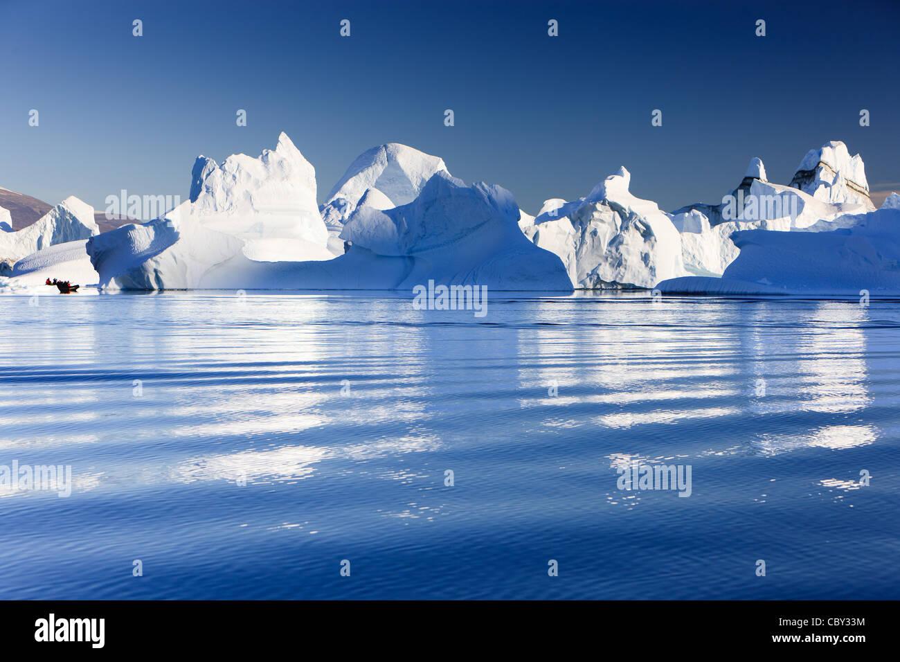 Cruising between the icebergs at Røde Ø, Scoresby sund, Greenland Stock Foto