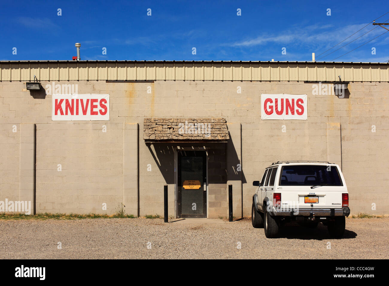 Shop selling knives and guns, New Mexico, USA (vehicle license obscured). Stock Foto