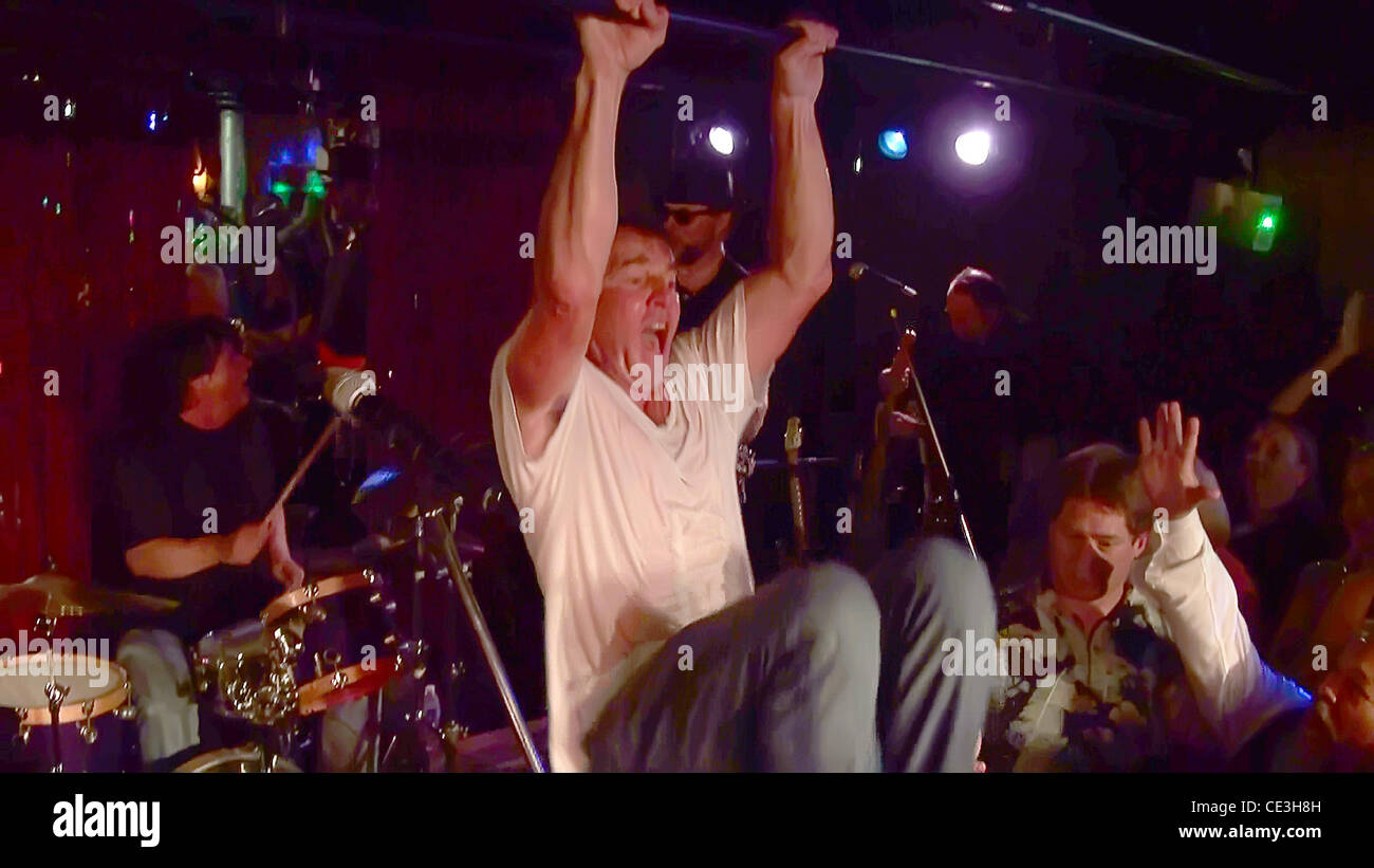 Dennis Quaid performed the rock classic 'Great Balls of ...