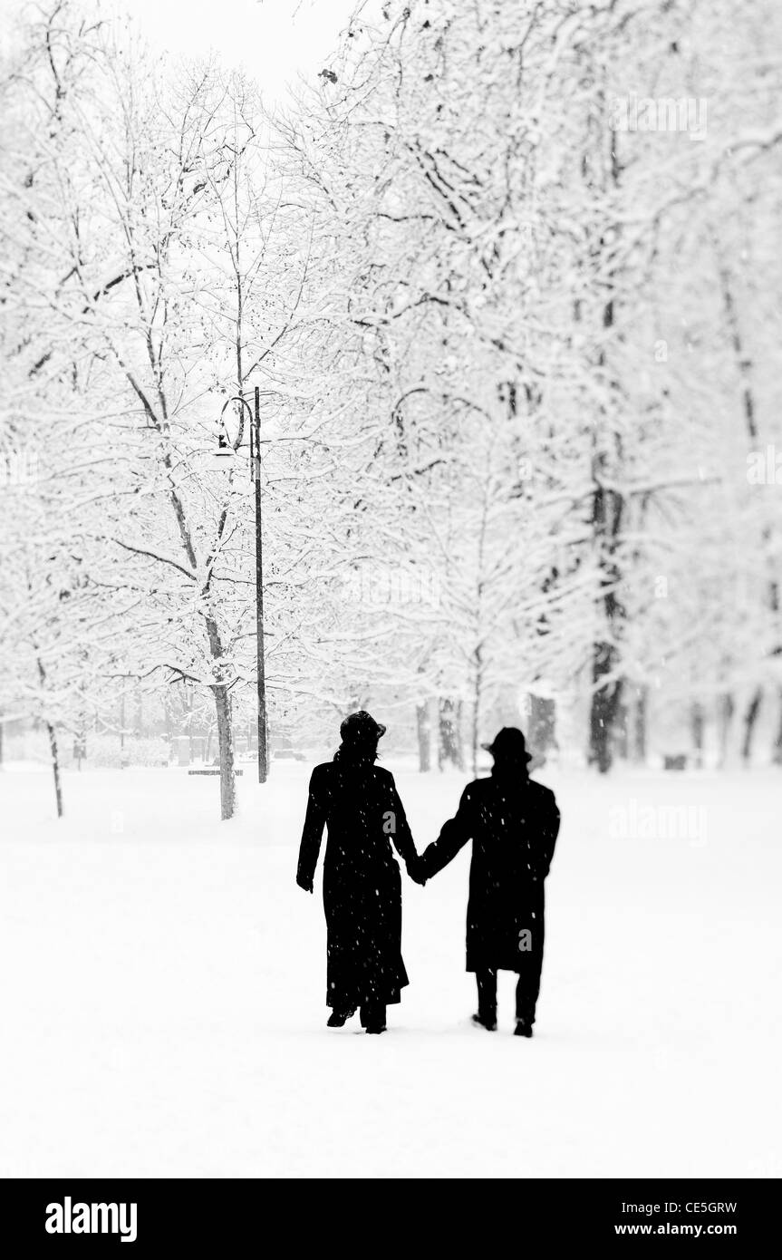 Couple in a public park under the snow Stock Foto
