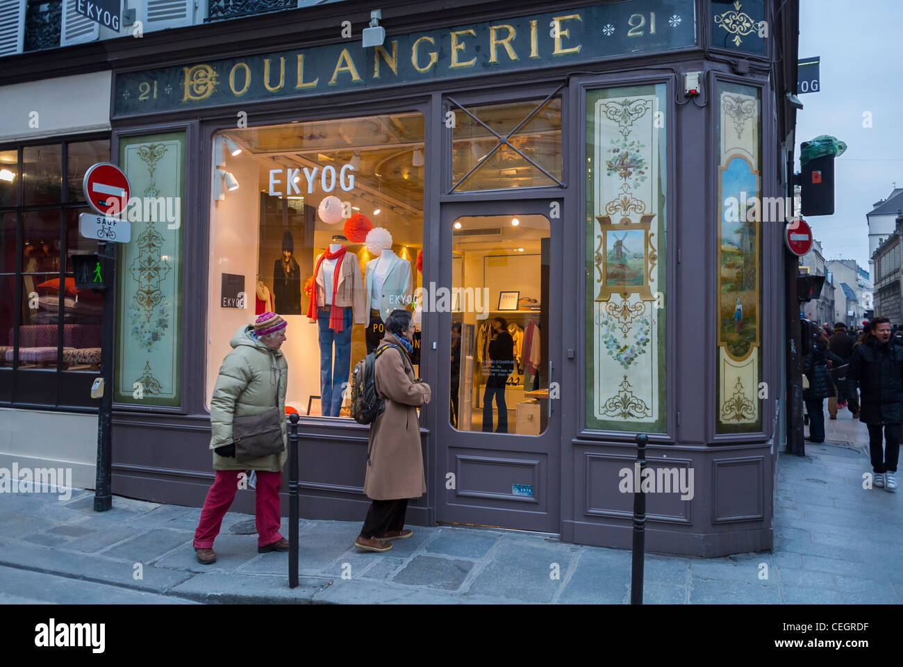 Paris france women window shopping in le marais district ekyog stock phot - Paris shopping boutiques ...