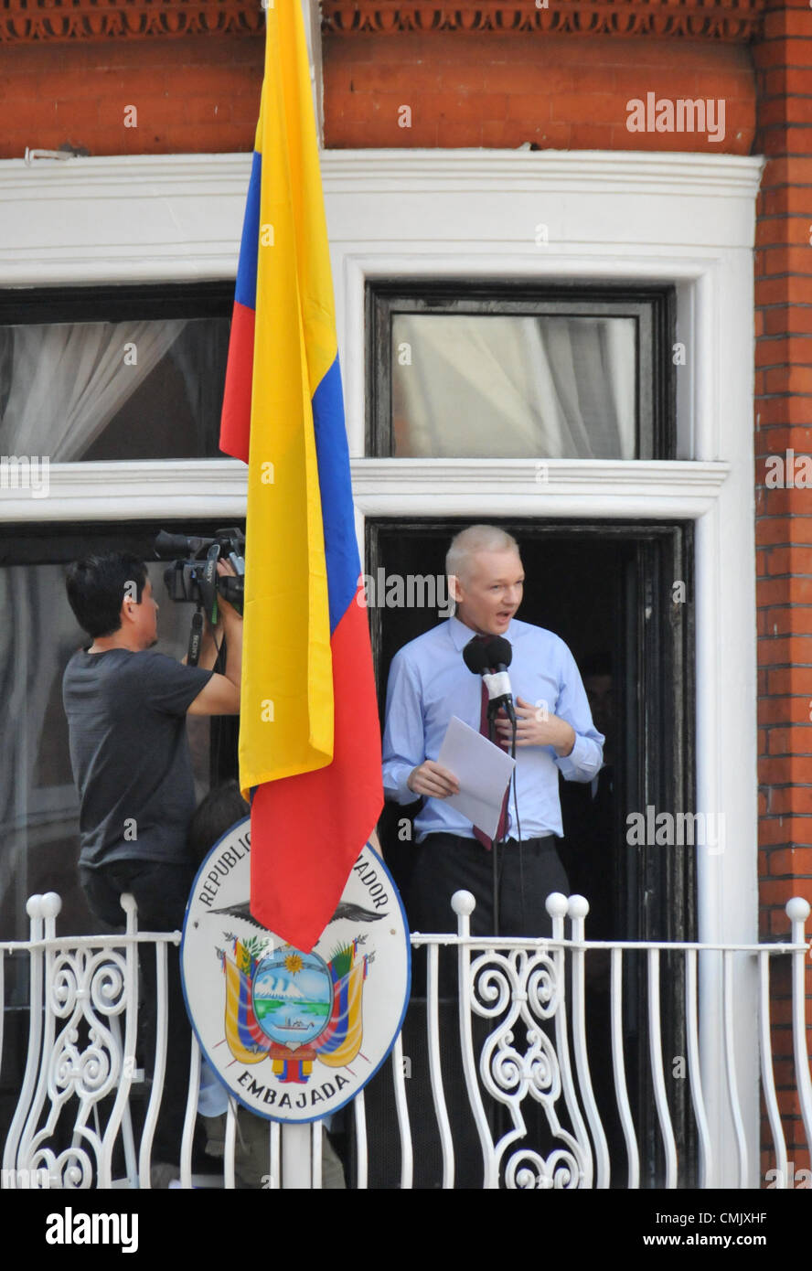 Knightsbridge london uk julian assange speaks from the for Julian balcony