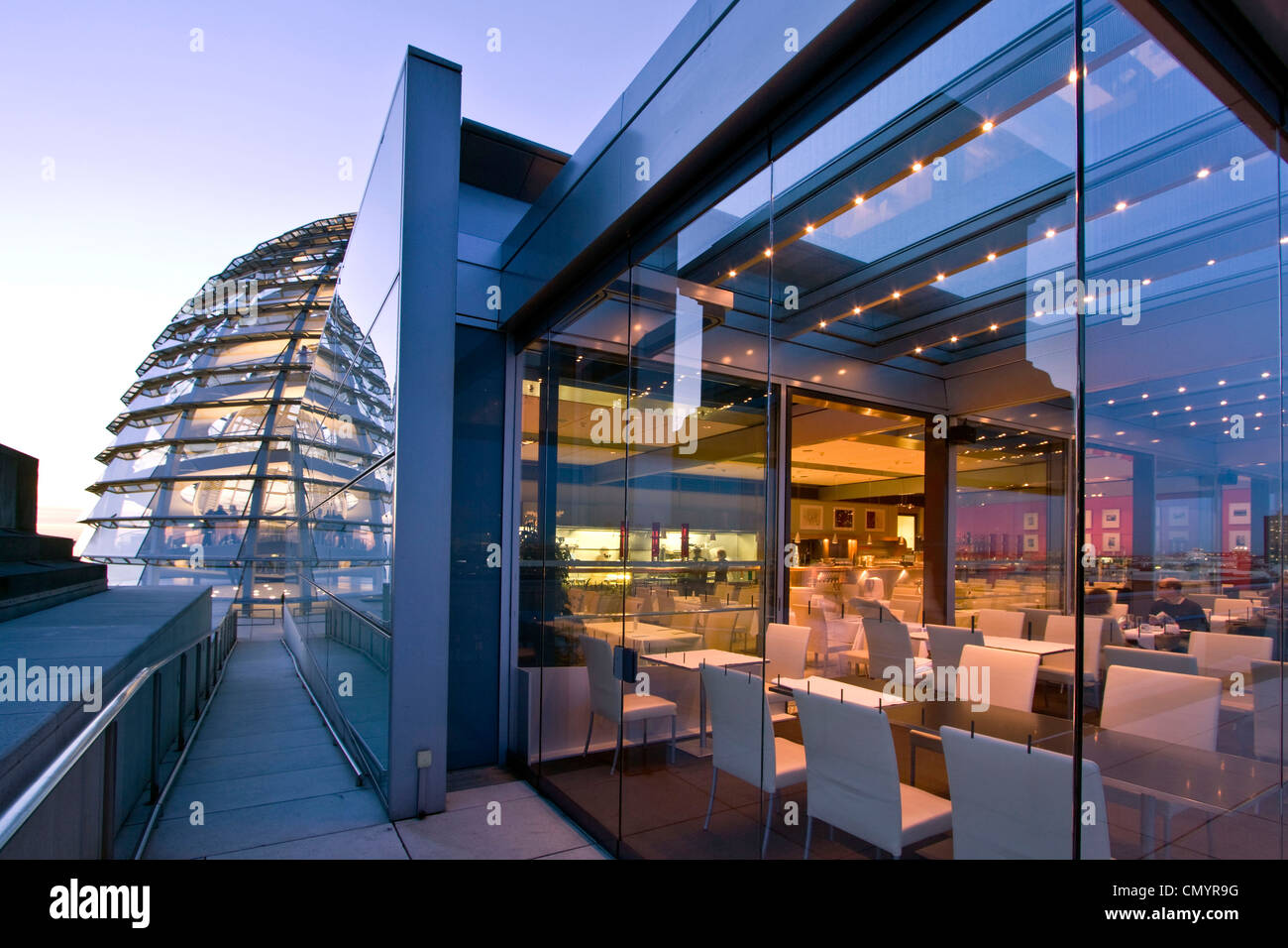 Berlin, Reichstag buidling roof terasse cupola by Sir Norman forster at twilight, Restaurant Kaefer Stock Foto