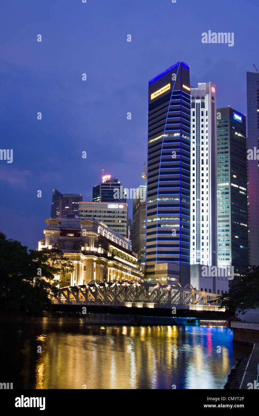 Fullerton Hotel Cavenagh bridge, Skyline of Singapur, South East Asia, twilight Stock Foto