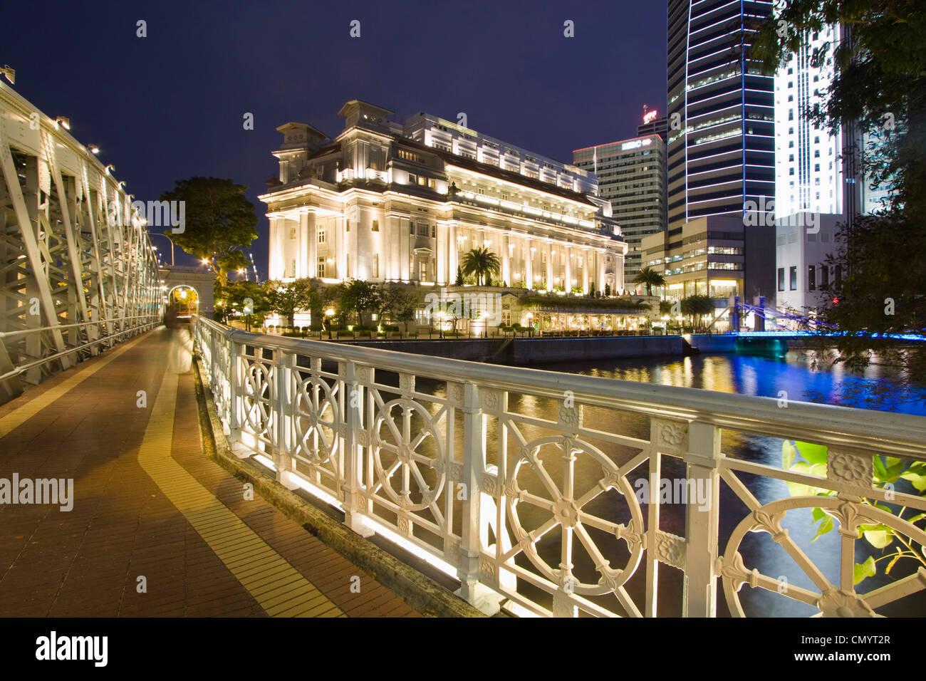 Cavenagh bridge, Fullerton Hotel, Skyline of Singapur, South East Asia, twilight Stock Photo