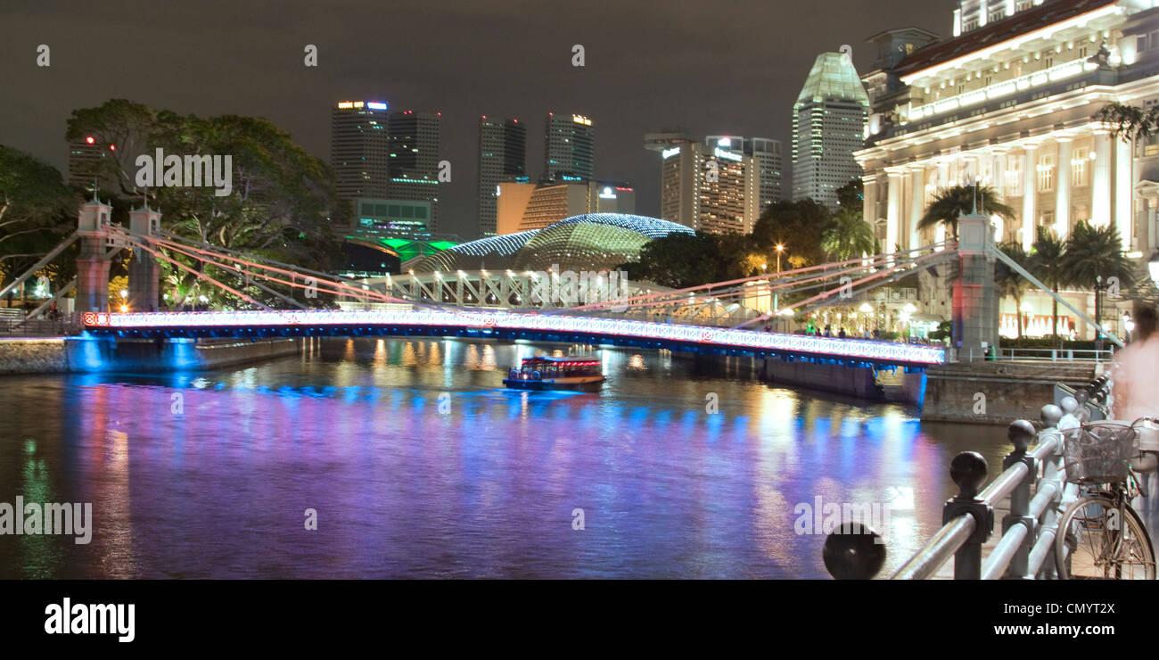 Singapur river, Footbridge, Cavenagh bridge, Fullerton Hotel, Skyline of Singapur, South East Asia, twilight Stock Foto