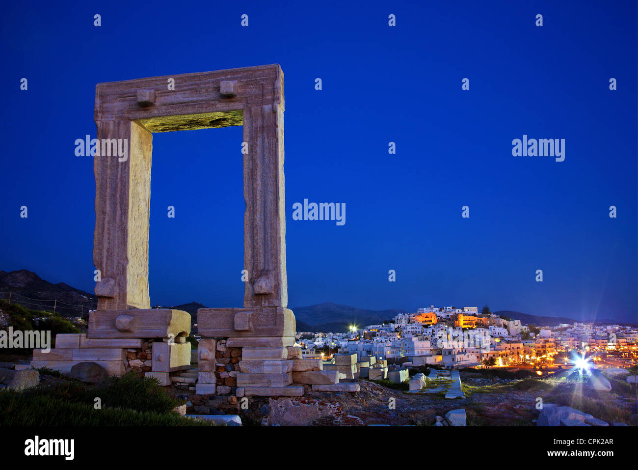 "The Portara (temple of Apollo) and the Chora (""capital"") of Naxos island in the background. Cyclades, Greece Stock Foto"
