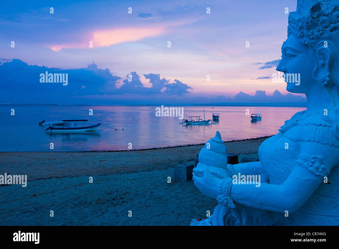 Indonesia, Bali, Sanur, Statue with sea in background at dusk Stock Foto