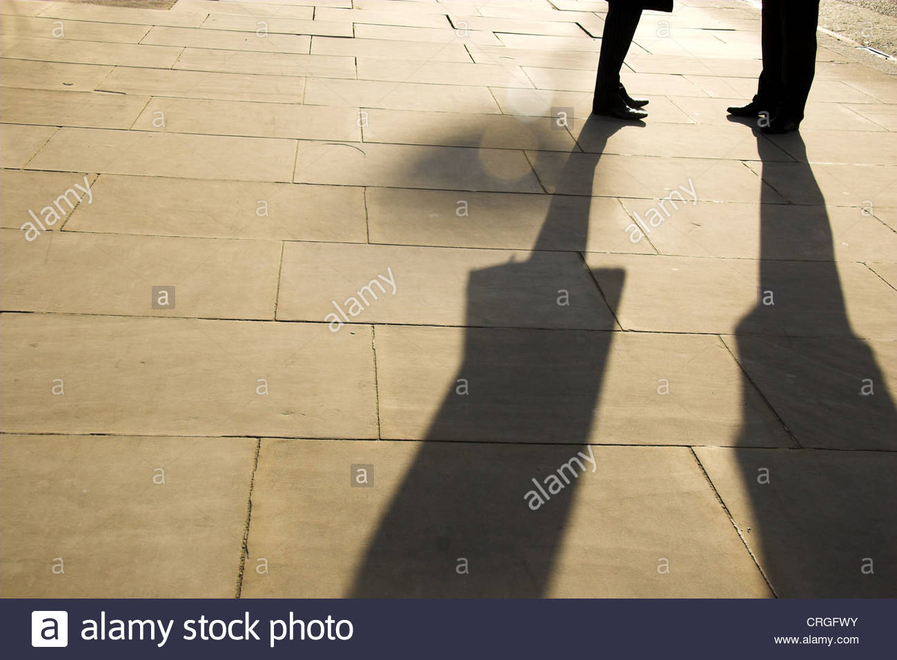 two-people-meeting-in-the-street-in-lond