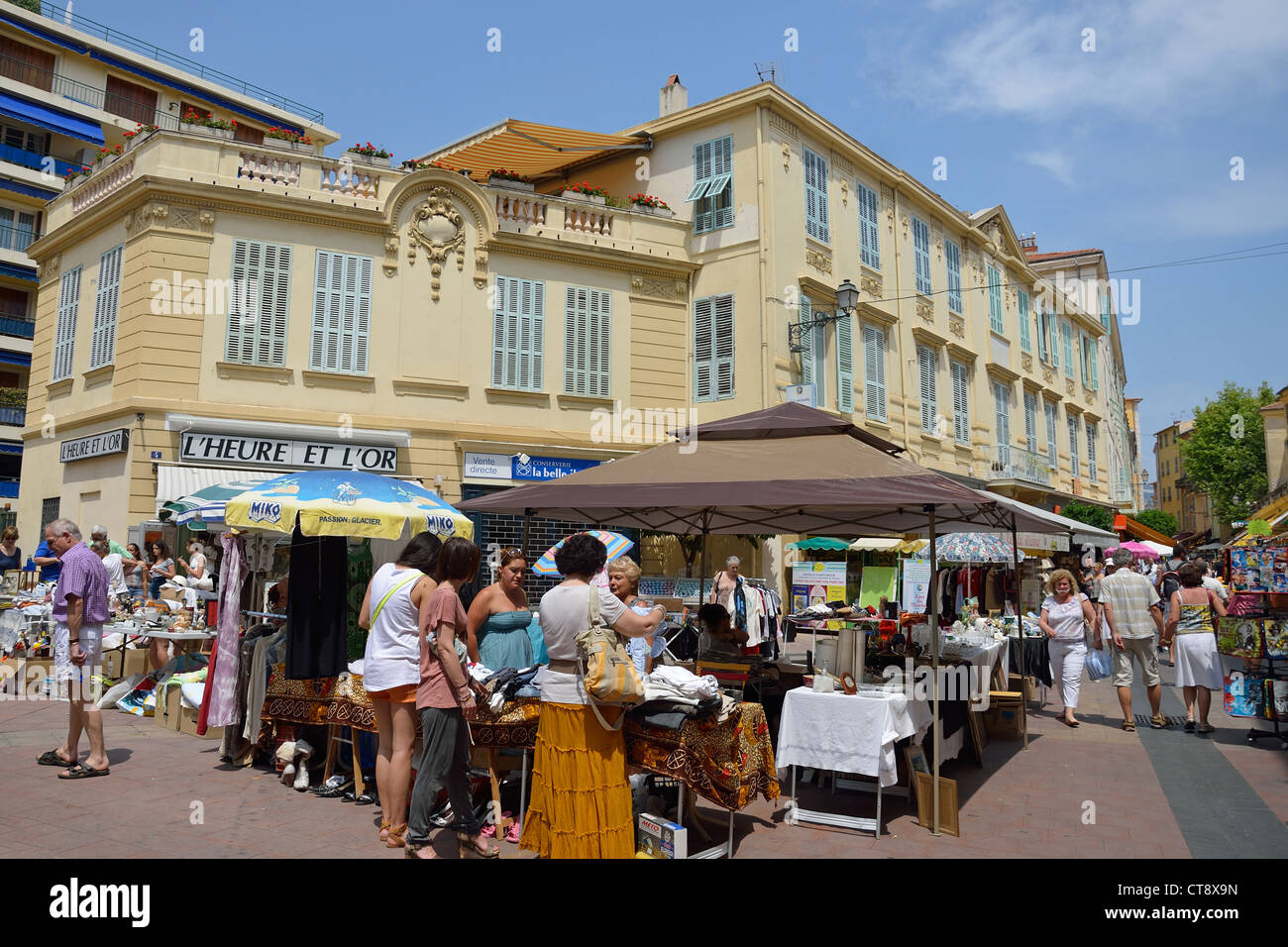 Antique street market in vieux ville old town menton for Centre sportif cote des neiges piscine