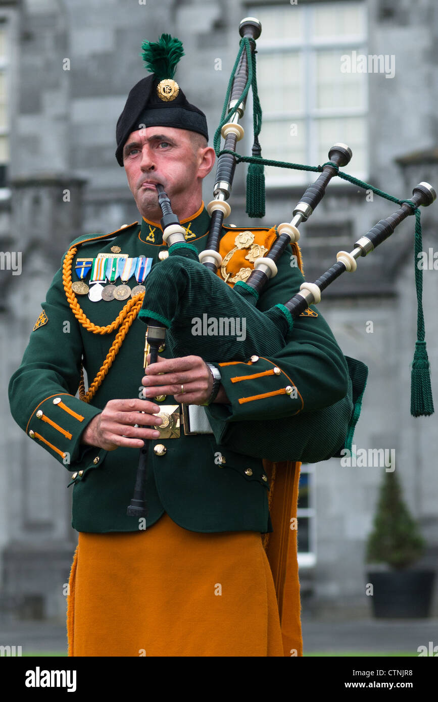 irish-bagpiper-at-kilkenny-castle-kilken