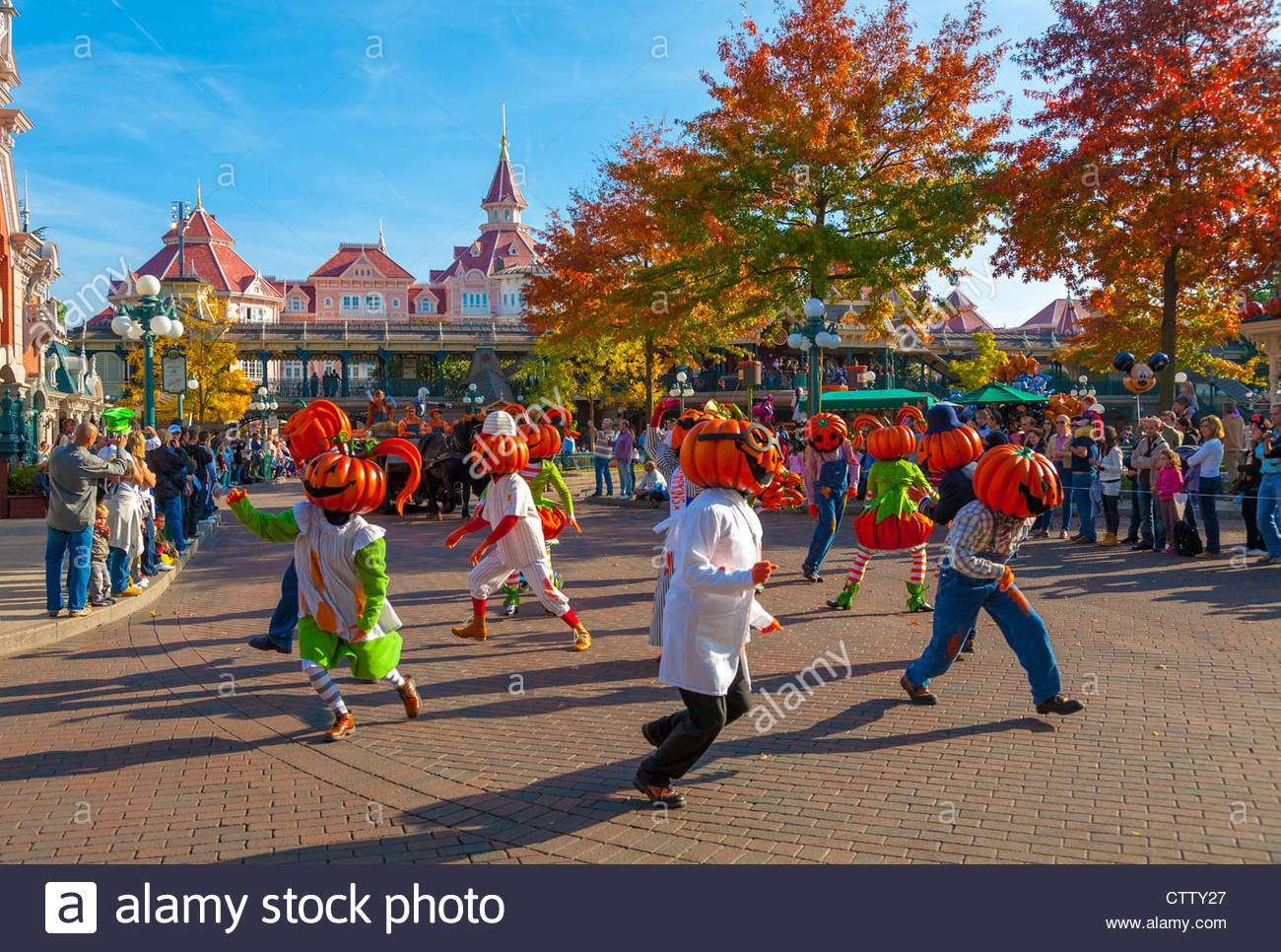 Halloween parade in main street usa disneyland resort for Amusement parks in paris