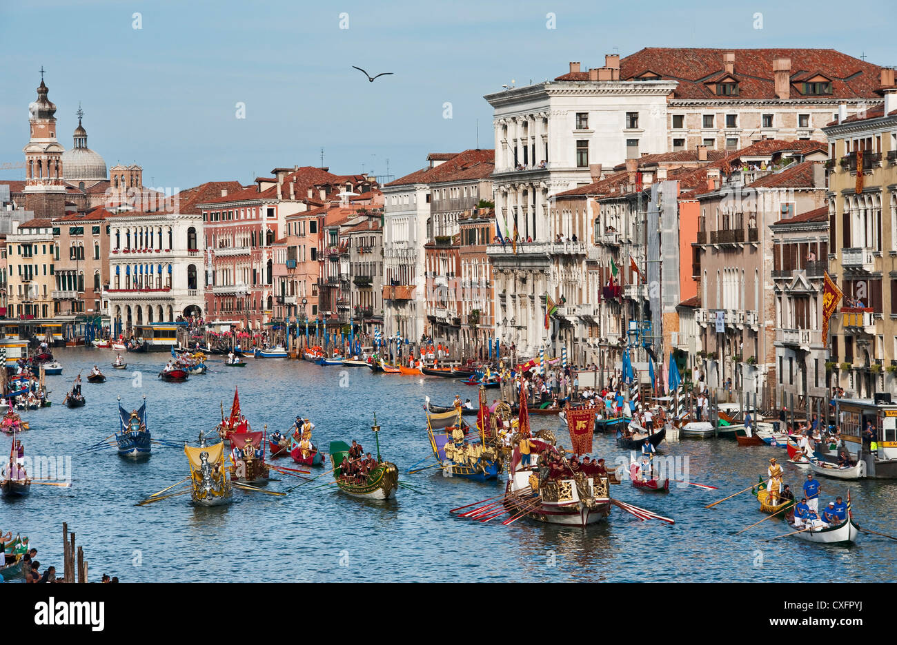 venice-italy-traditional-boats-and-costumed-rowers-on-the-grand-canal-CXFPYJ.jpg