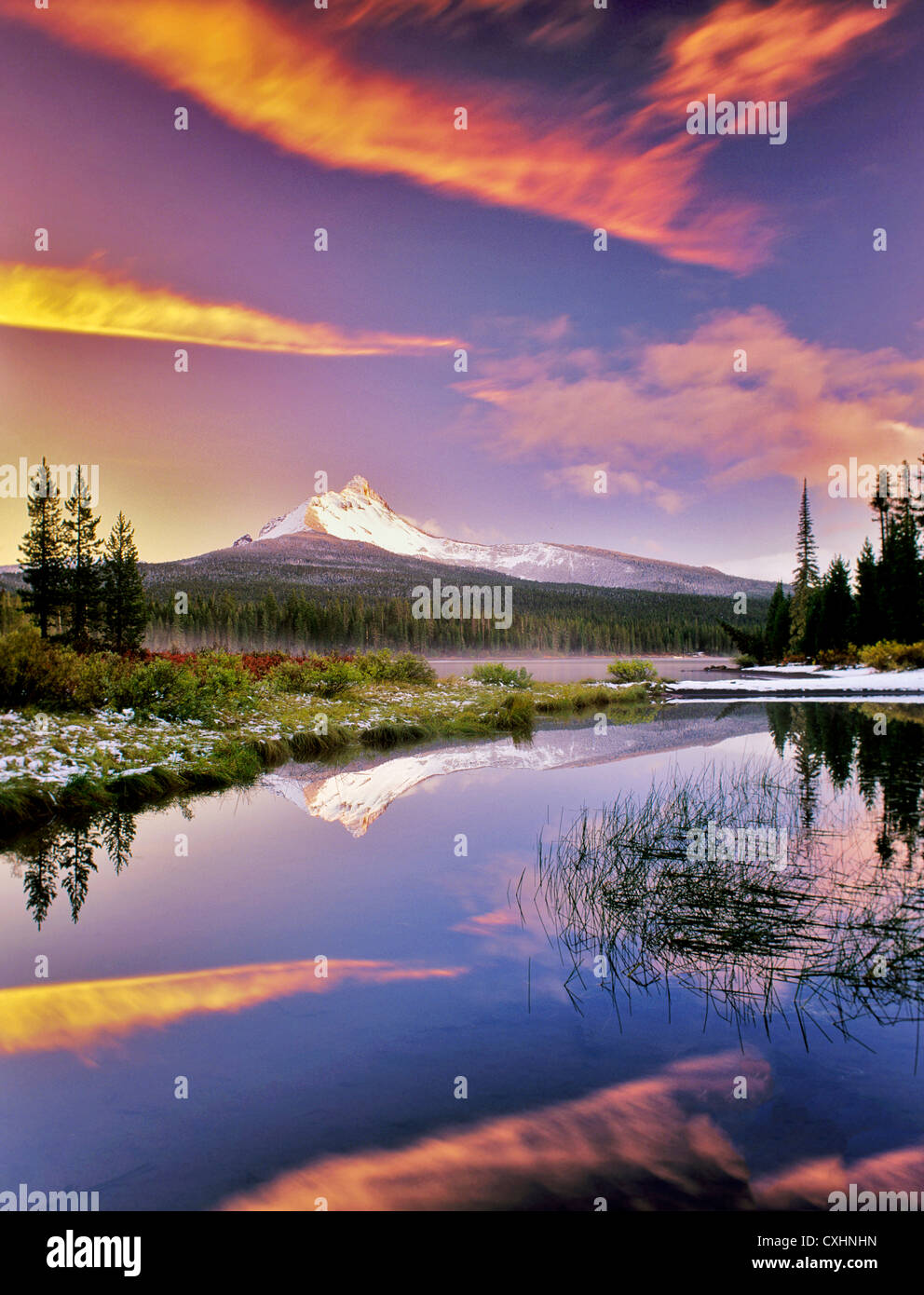 Mount Washington reflection in Big Lake with snow and sunset. Oregon. Stock Foto