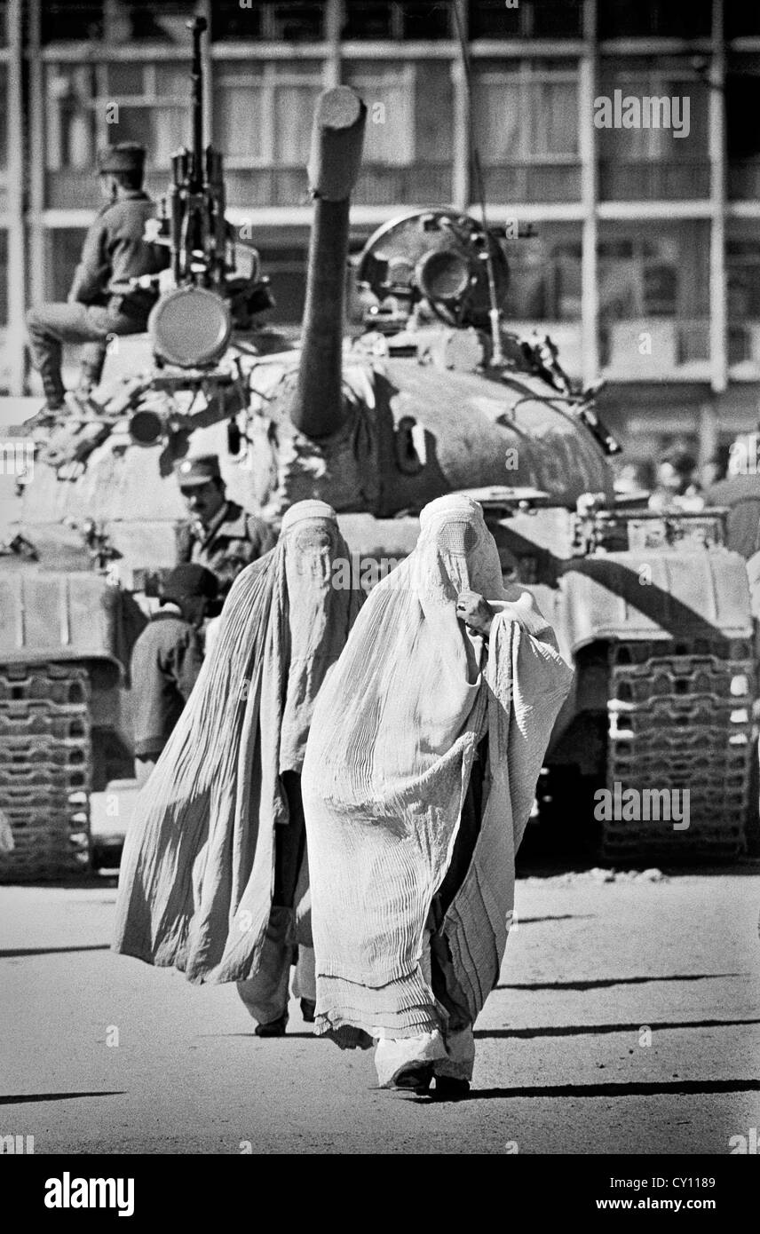 Soviet Afghanistan war - Page 6 Afghan-women-wearing-full-body-cover-called-a-burqa-walk-past-a-soviet-CY1189