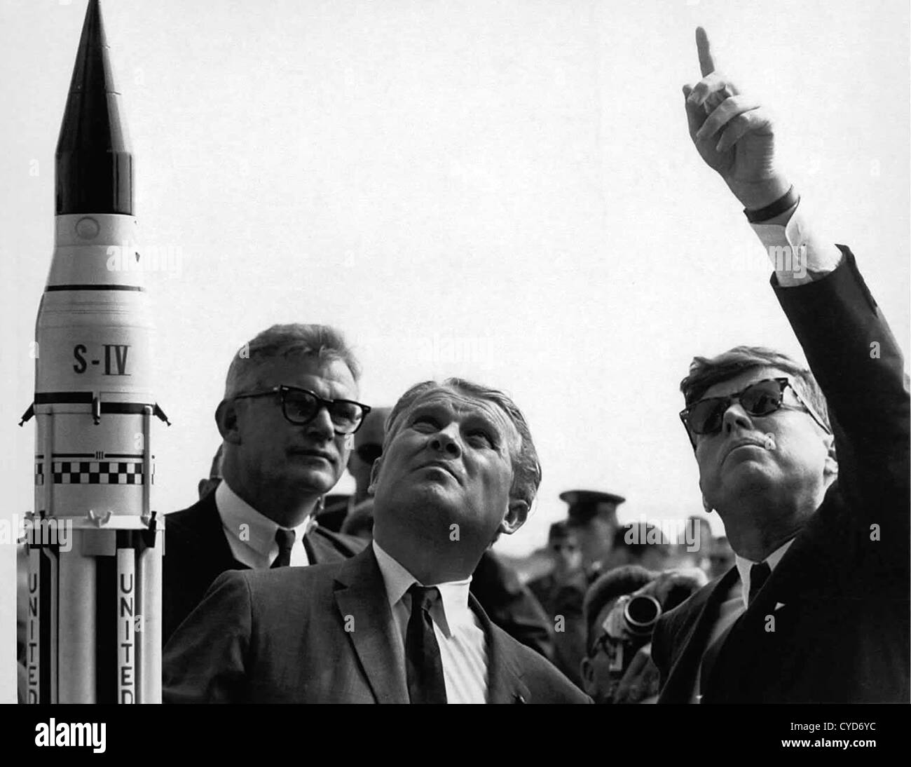 President John F. Kennedy, right, gets an explanation of the Saturn V launch system from Dr. Wernher von Braun at Stock Foto