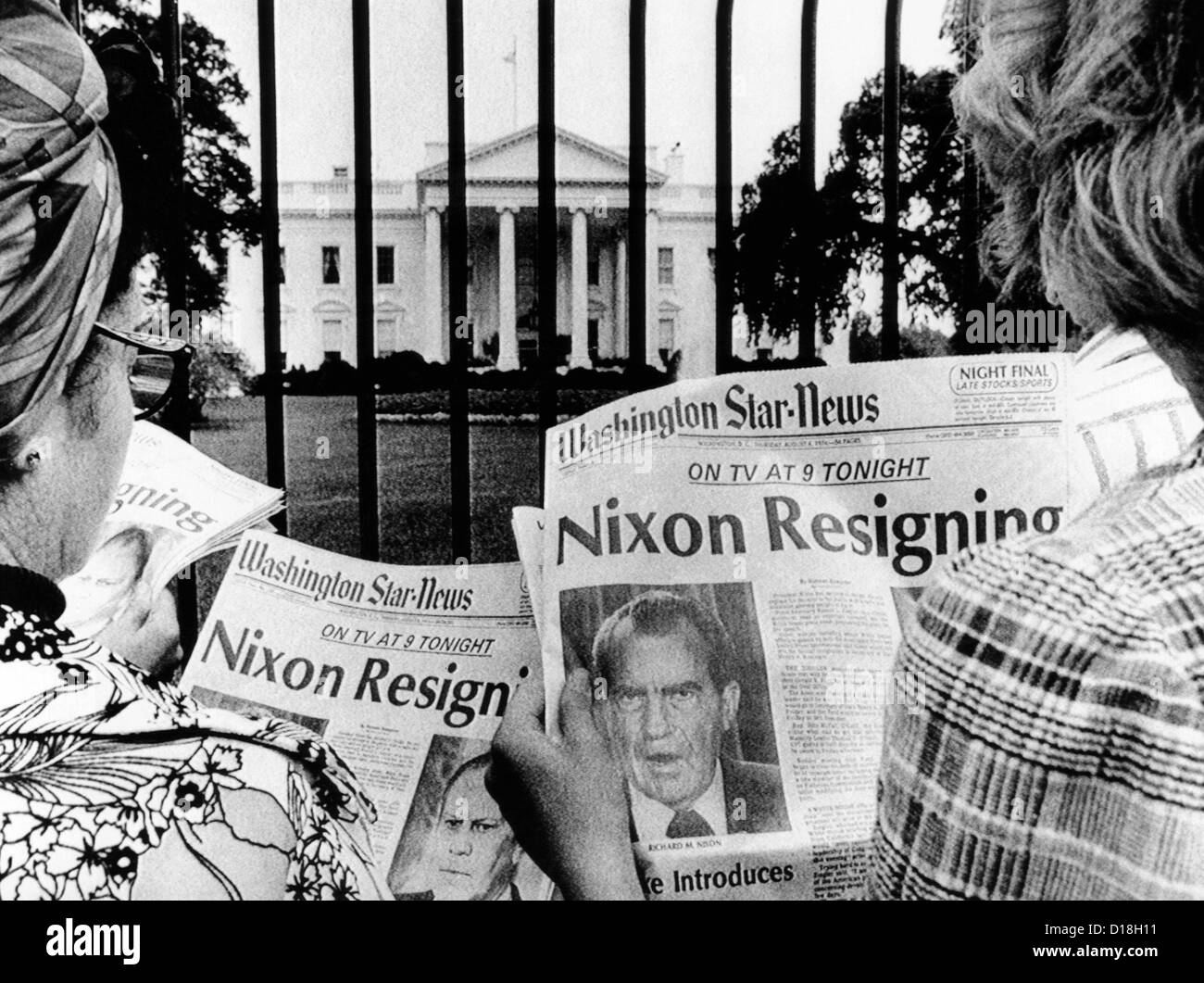 Tourists in front of the White House read headlines, 'Nixon Resigning.' Aug. 8, 1974. (CSUALPHA642) CSU Archives/Everett Stock Foto