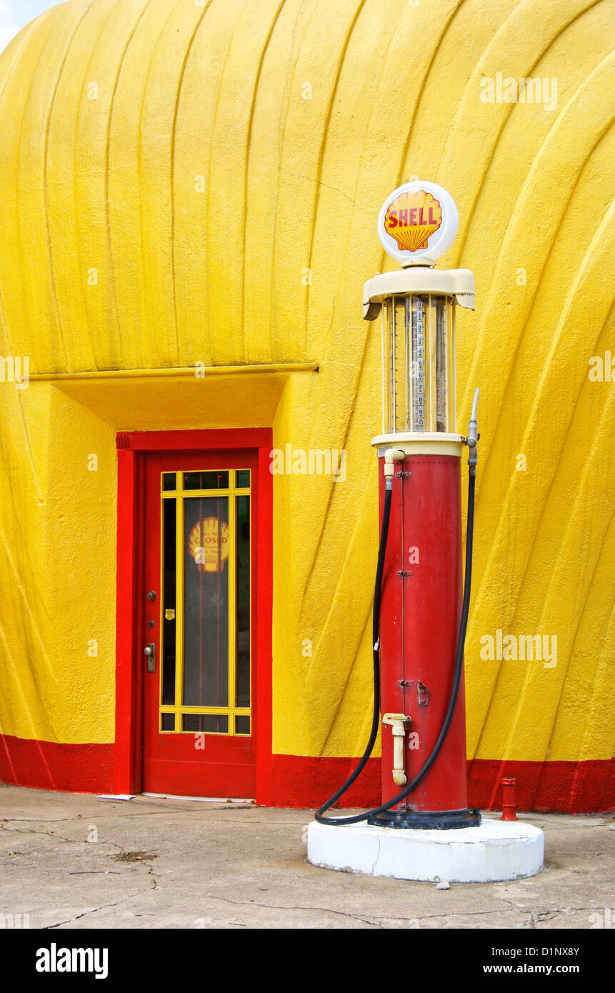 historic-shell-station-with-old-gasoline-pump-in-winston-salem-north-D1NX8Y.jpg