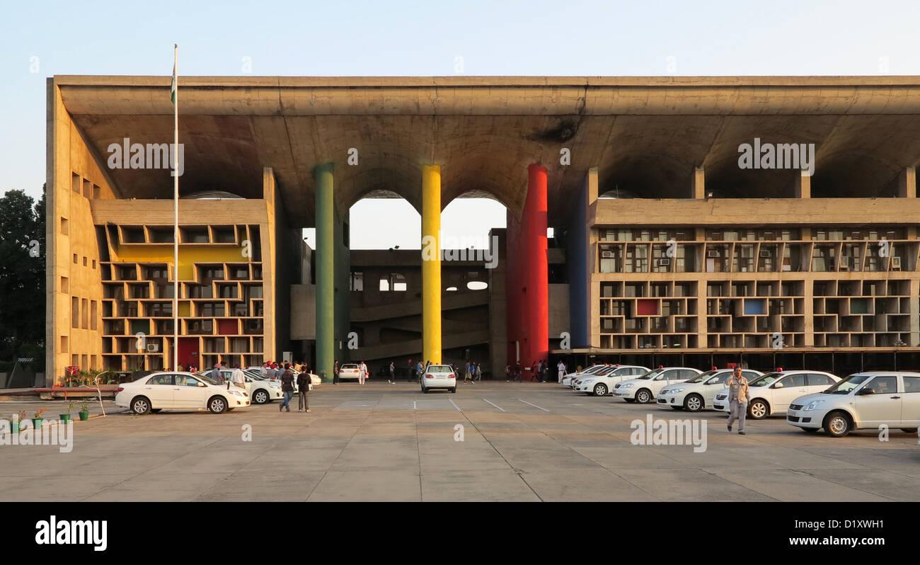 Le corbusier high court facade detail capitol complex for Assurance collective chambre de commerce
