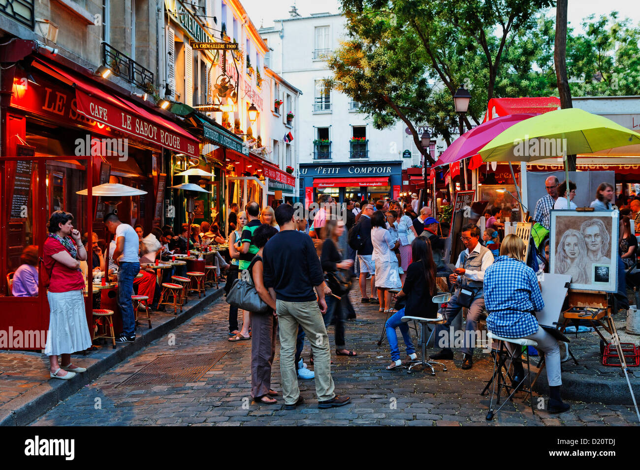 People in restaurants at the square place du tertre for Restaurant miroir montmartre