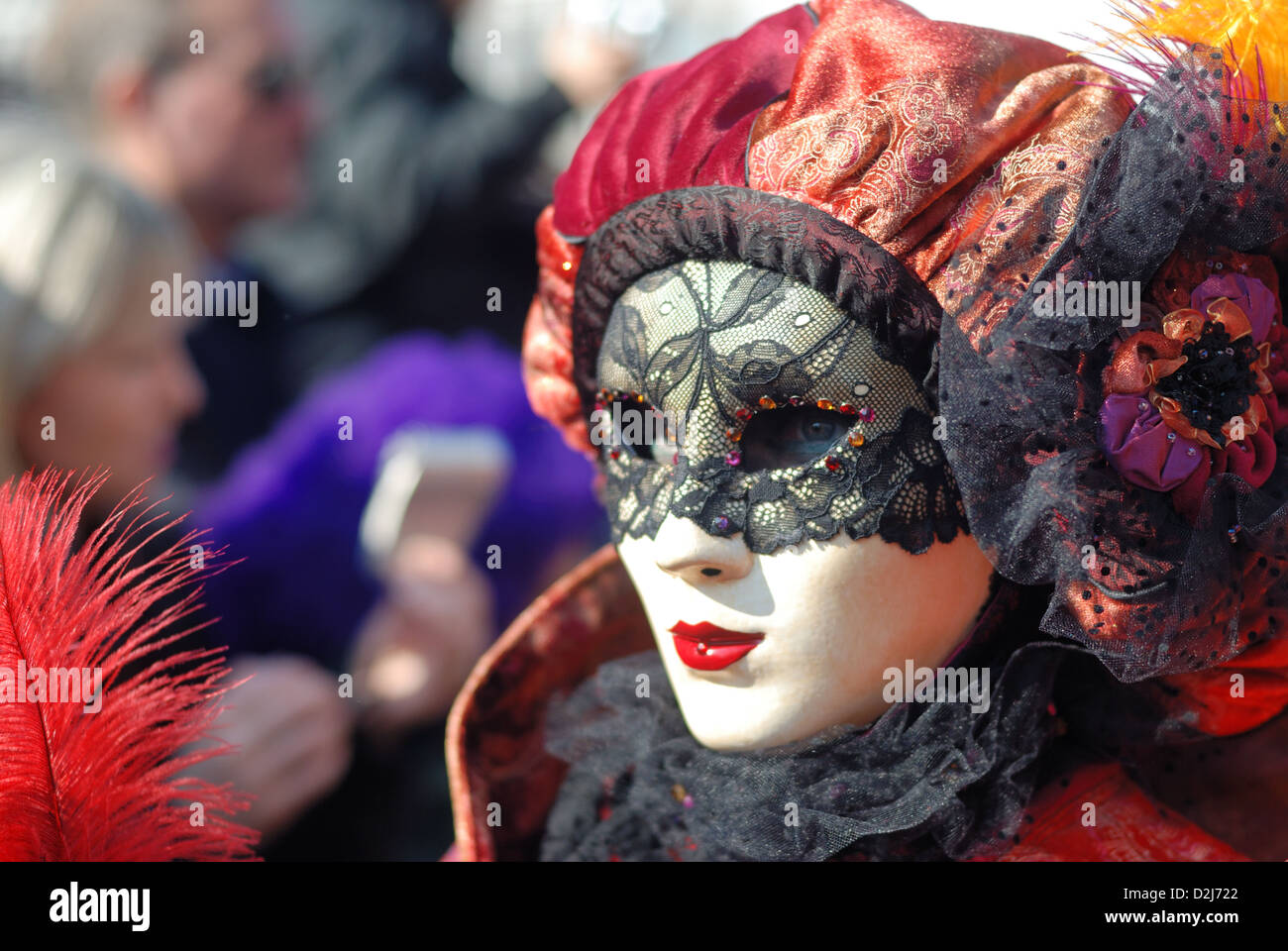 Scegli tra le nostre centinaia di maschere di Carnevale poco care e sempre originalissime, opta per lo stile di maschera che ti si addice di più, non hai che l'imbarazzo della scelta! Una maschera puo' diventare un accessorio raffinato quando è indossata su un abito elegante, o un accessorio festivo irrinunciabile quando completa un costume di Carnevale.