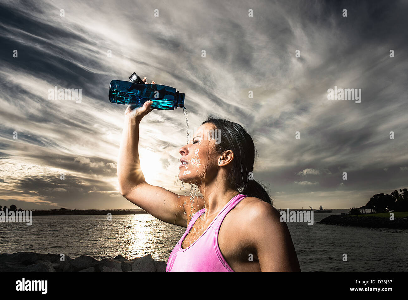 Runner pouring water on herself Stock Foto