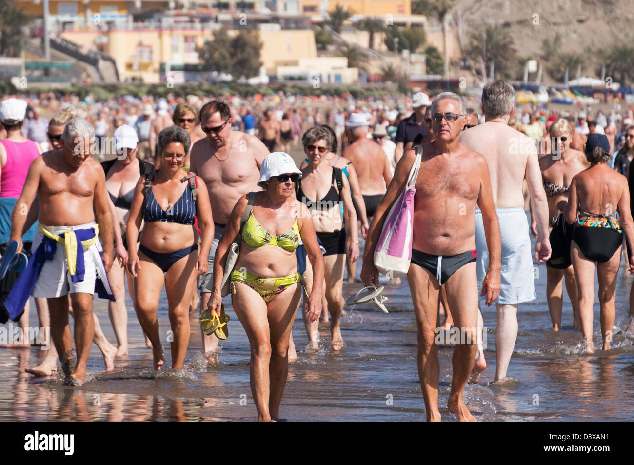crowds-of-people-throng-the-beach-at-pla