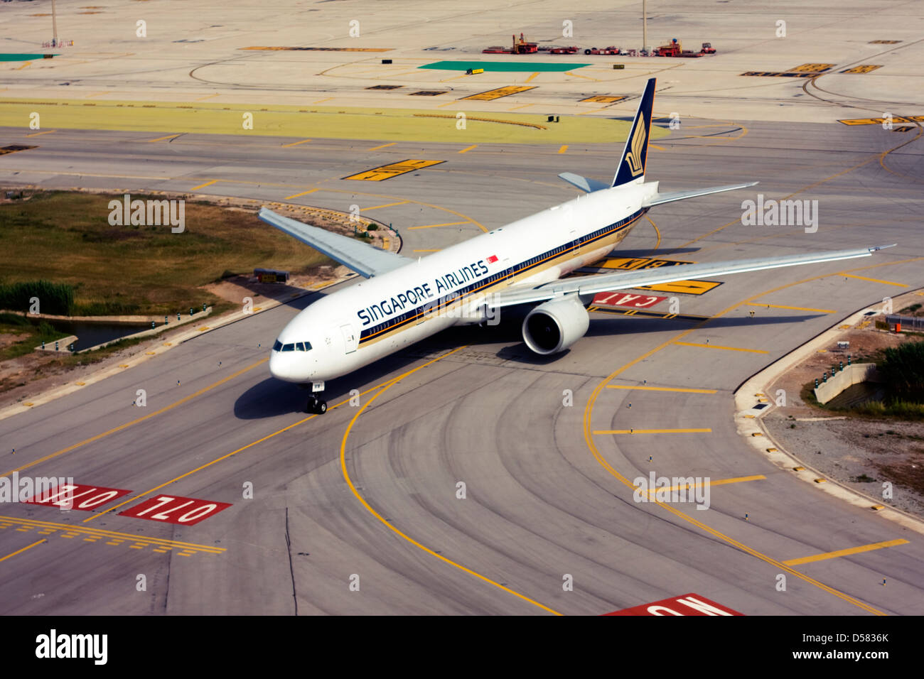 Singapore Airlines Boeing 777-312/ER at Barcelona, El Prat Airport, Spain Stock Photo