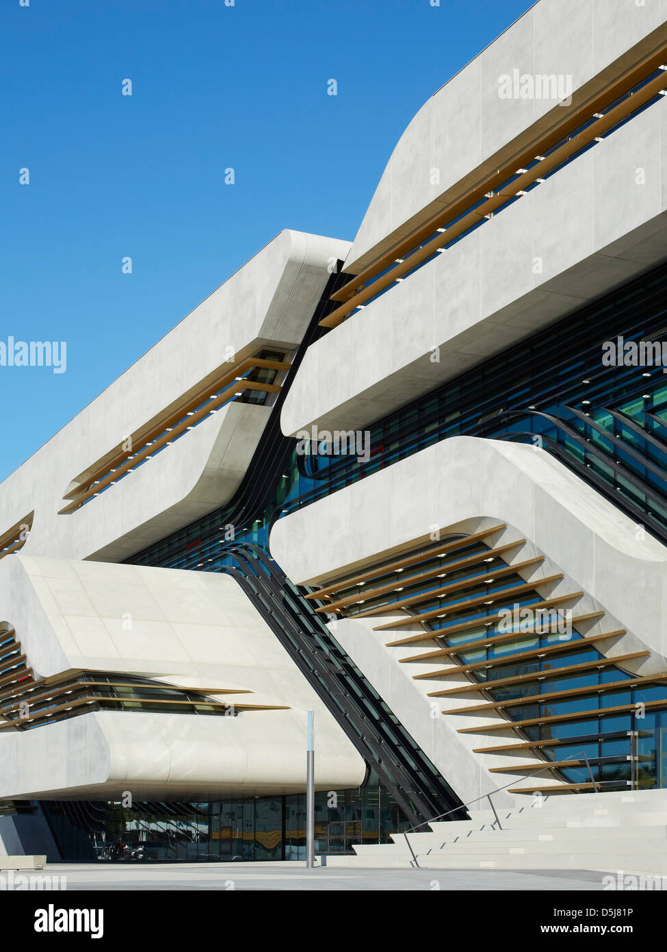 Pierresvives montpellier france architect zaha hadid for Architecture oblique