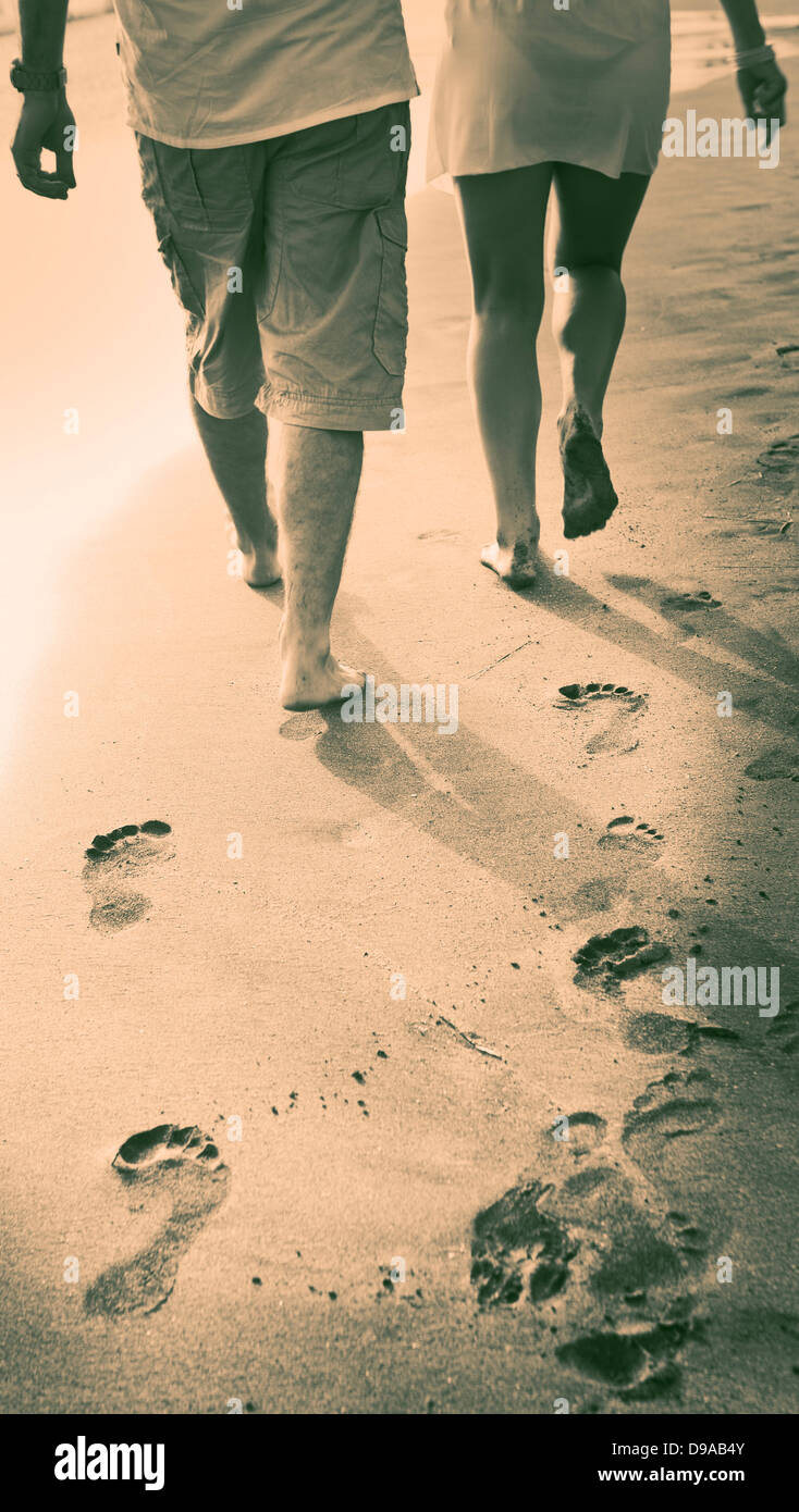 couple-run-on-beach-hand-in-hand-D9AB4Y.