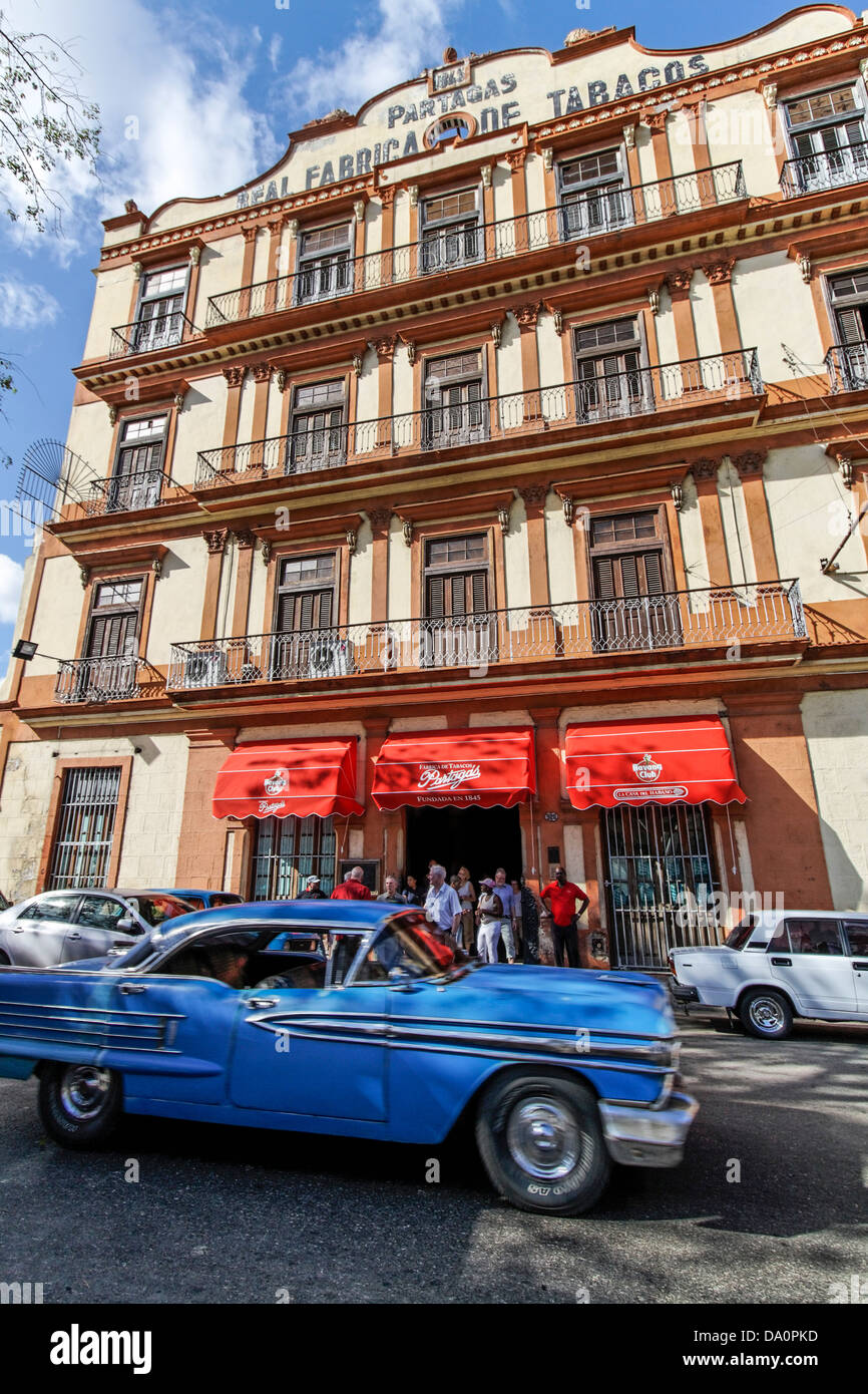 Oldtimer in front of tobacco factory in Havanna, Cuba Stock Foto