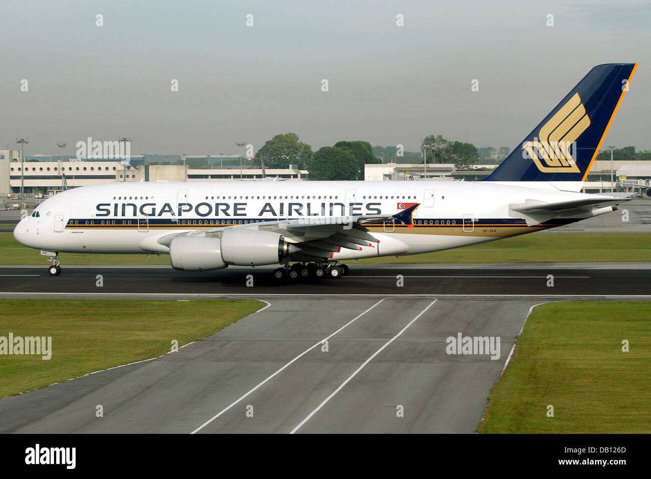 Singapore airlines airbus a380 plane taxis on the tarmac for Singapore airlines sito italiano
