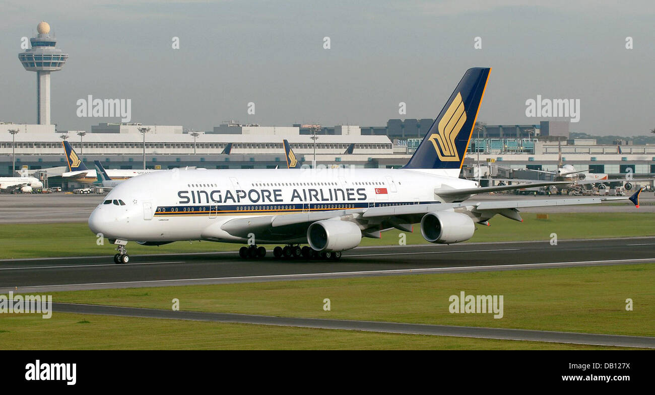 Singapore airlines airbus a380 taxis on the tarmac in for Singapore airlines sito italiano