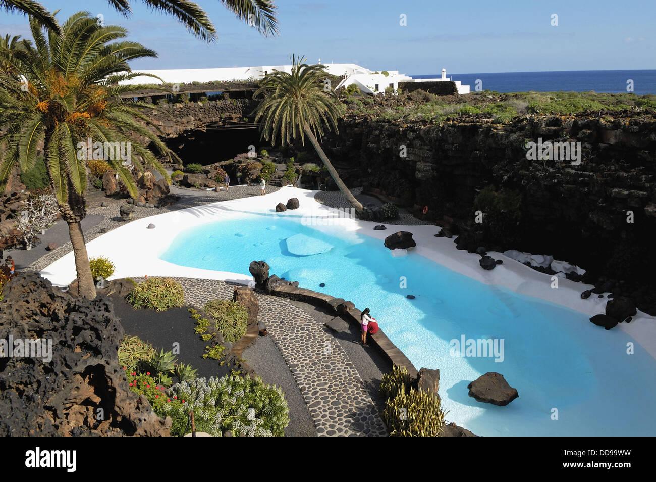 Natural pool by c sar manrique in jameos del agua haria for Piscina puerta de hierro