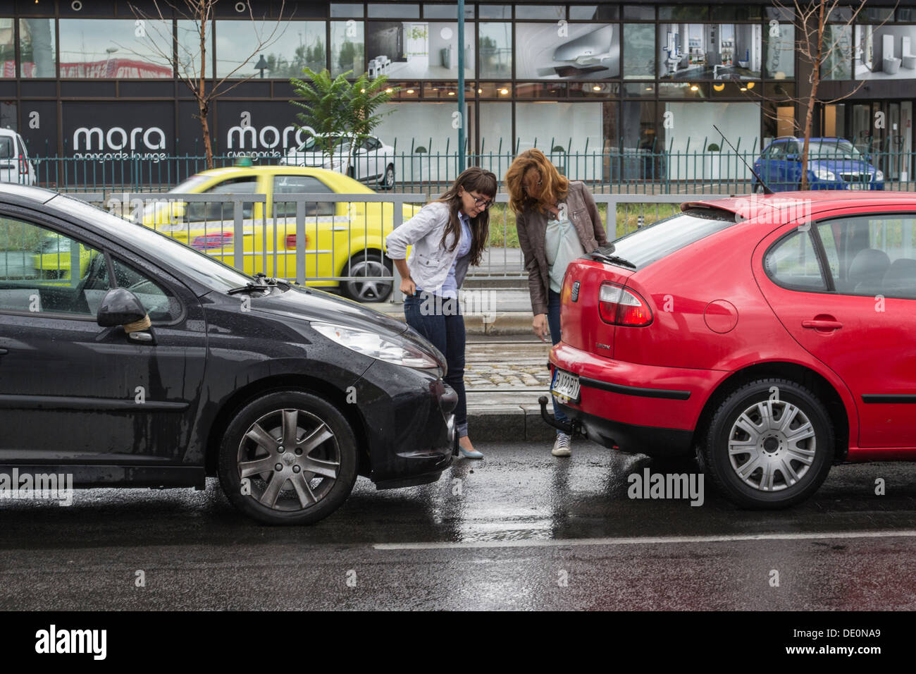women-looking-at-their-bumped-cars-DE0NA