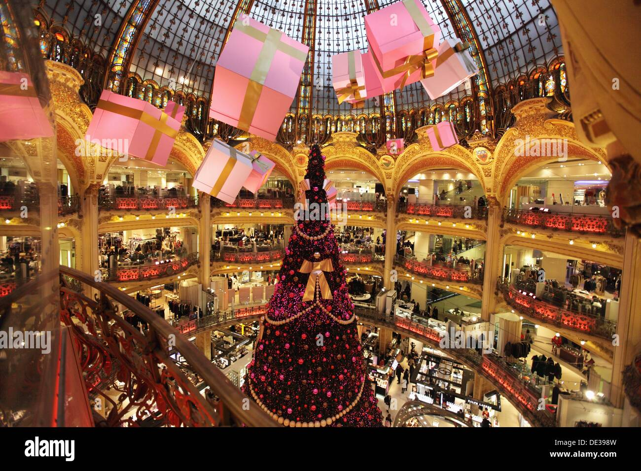 Christmas decorations in galeries lafayette department for Decoration shopping