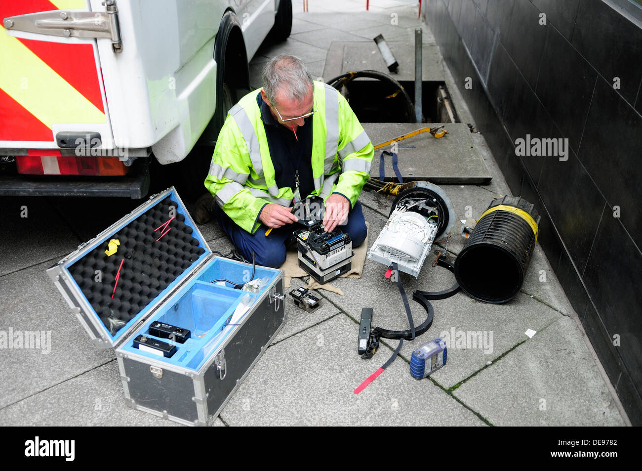 Bt engineer installing and repairing fibre optic cable for Chambre de tirage