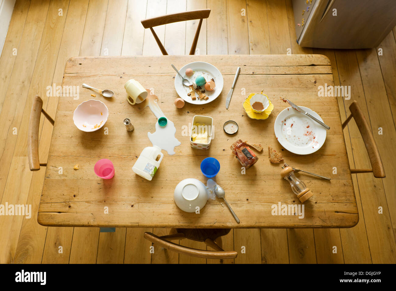 Overhead view of breakfast table with eaten food and messy plates Stock Foto