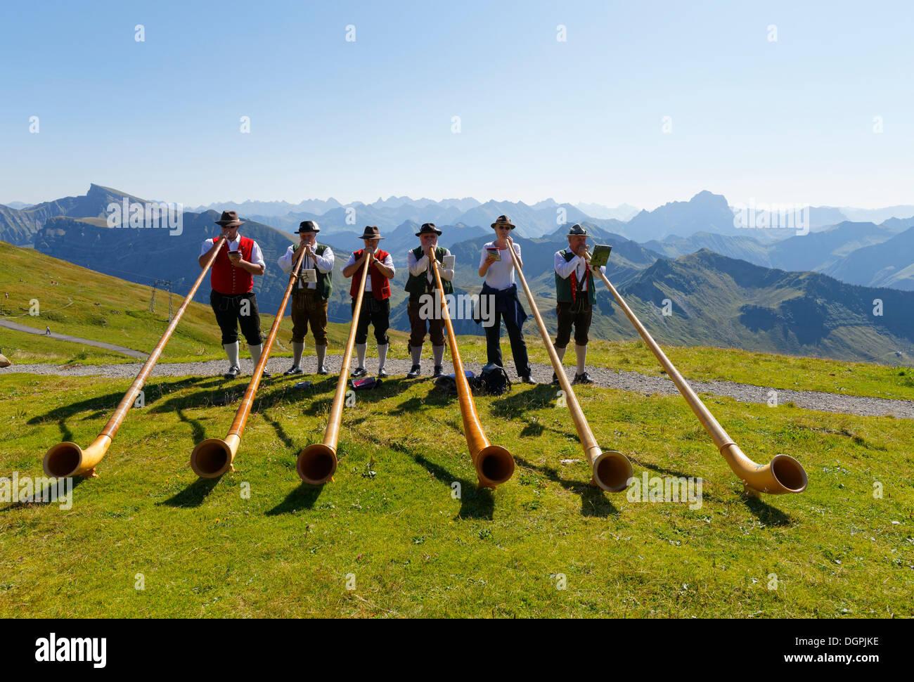 Alphorn players, Diedamskopf, Schoppernau, Bregenzerwald, Bregenzer Wald, Vorarlberg, Austria Stock Foto