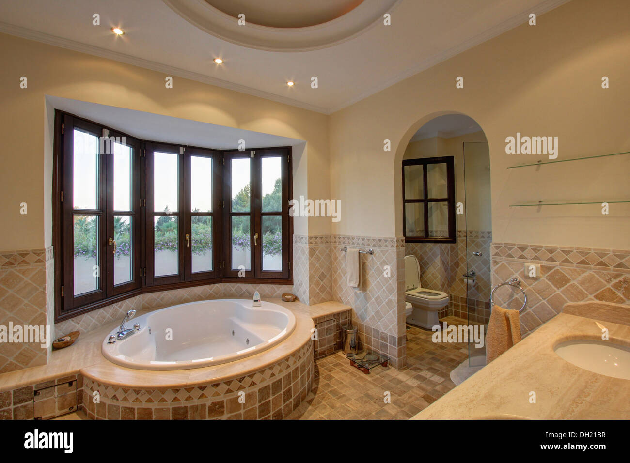 Oval spa bathtub below bay window in modern spanish for Bathroom in spanish