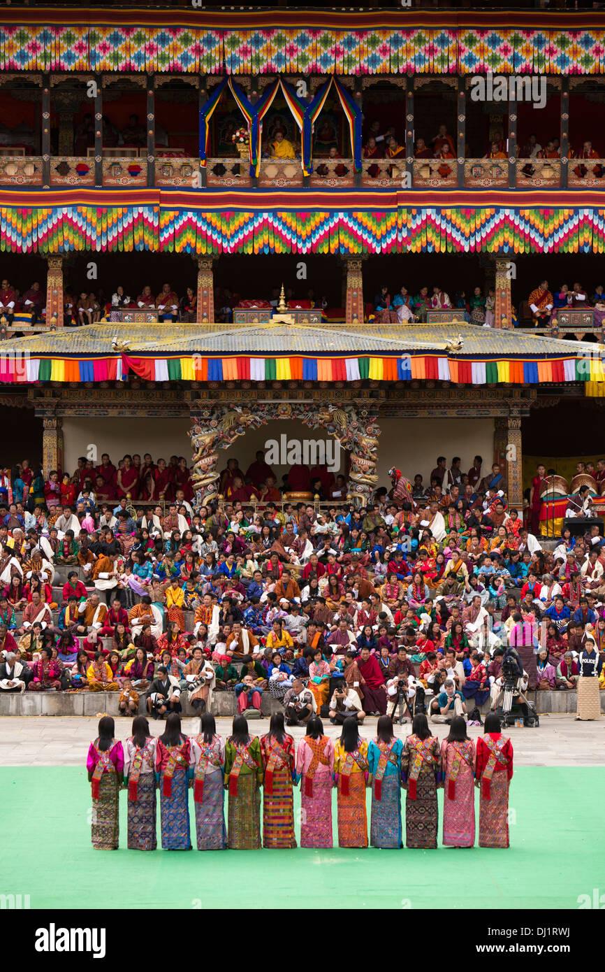 Bhutan, Thimpu Dzong, annual Tsechu, female folk dancers performing between dances Stock Foto
