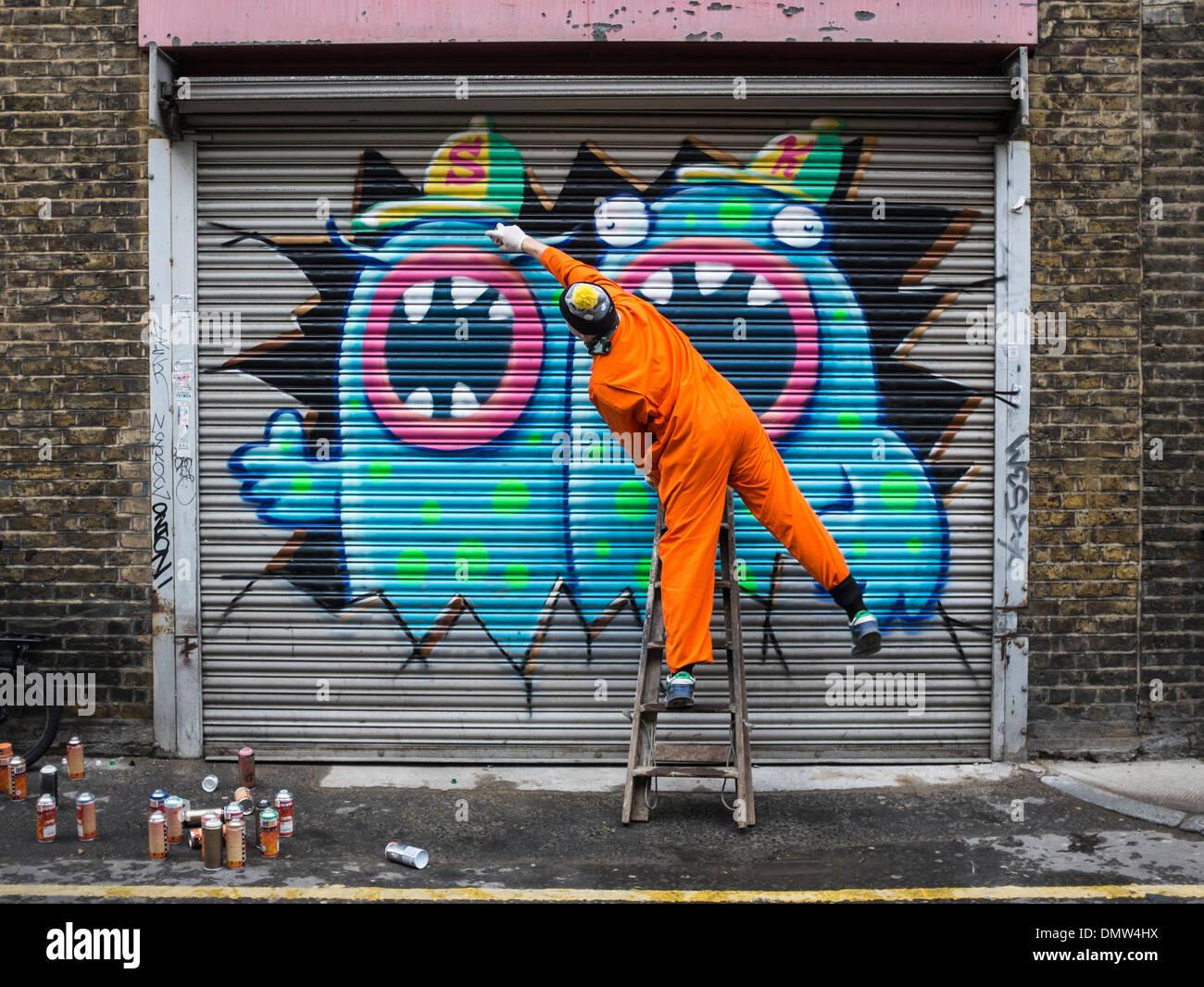 street-artist-ronzo-at-work-artist-uses-spray-paints-to-paint-giant-DMW4HX.jpg