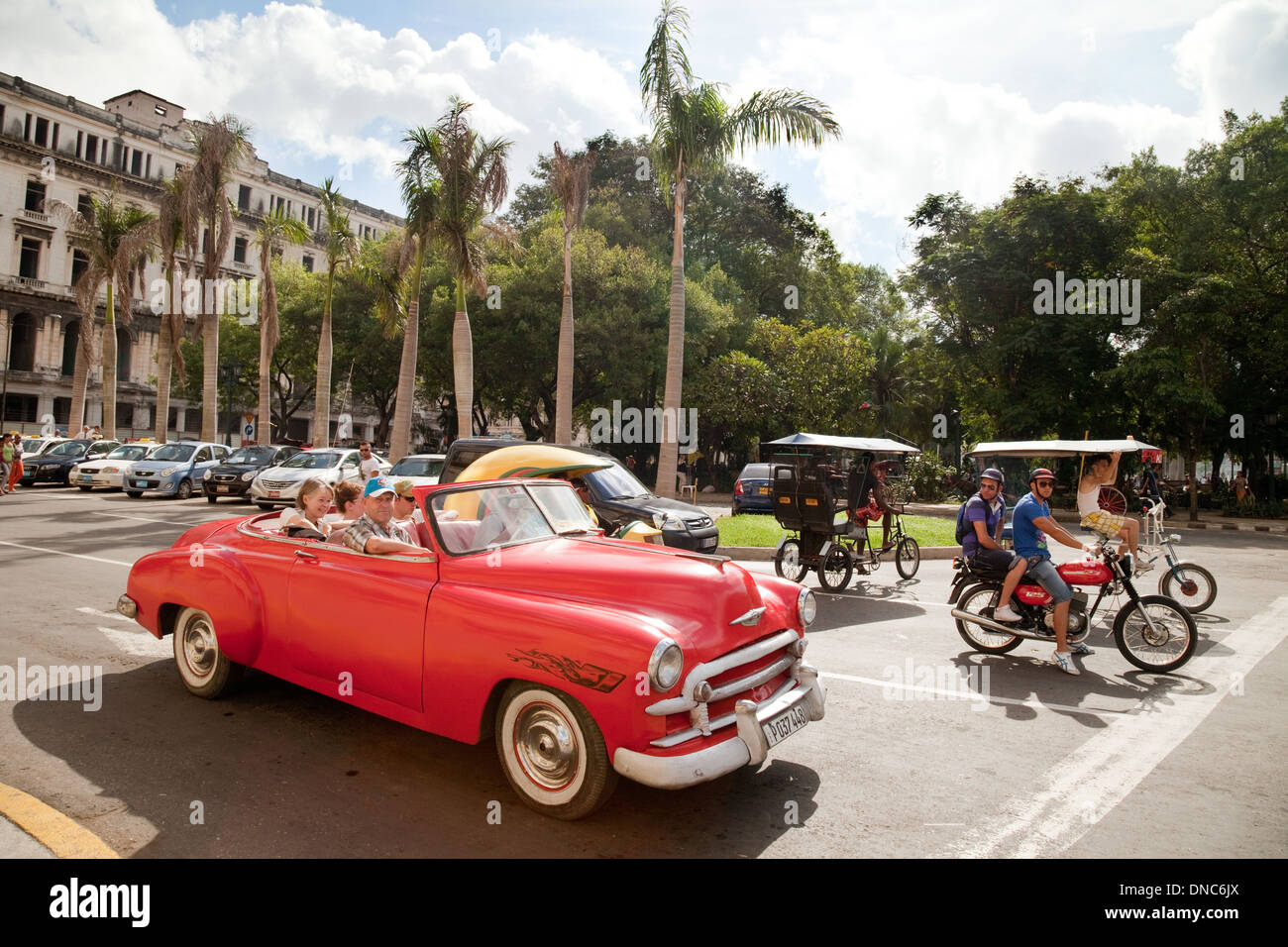 havana-cuba-street-scene-with-old-americ