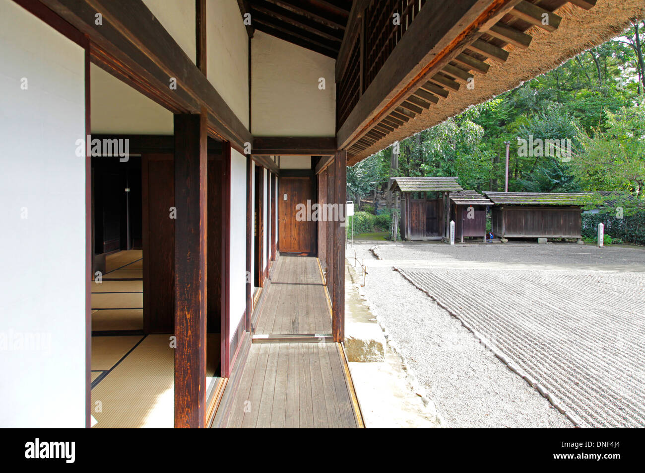 Veranda of old japanese house and front garden tokyo japan for Maison traditionnelle japonaise materiaux
