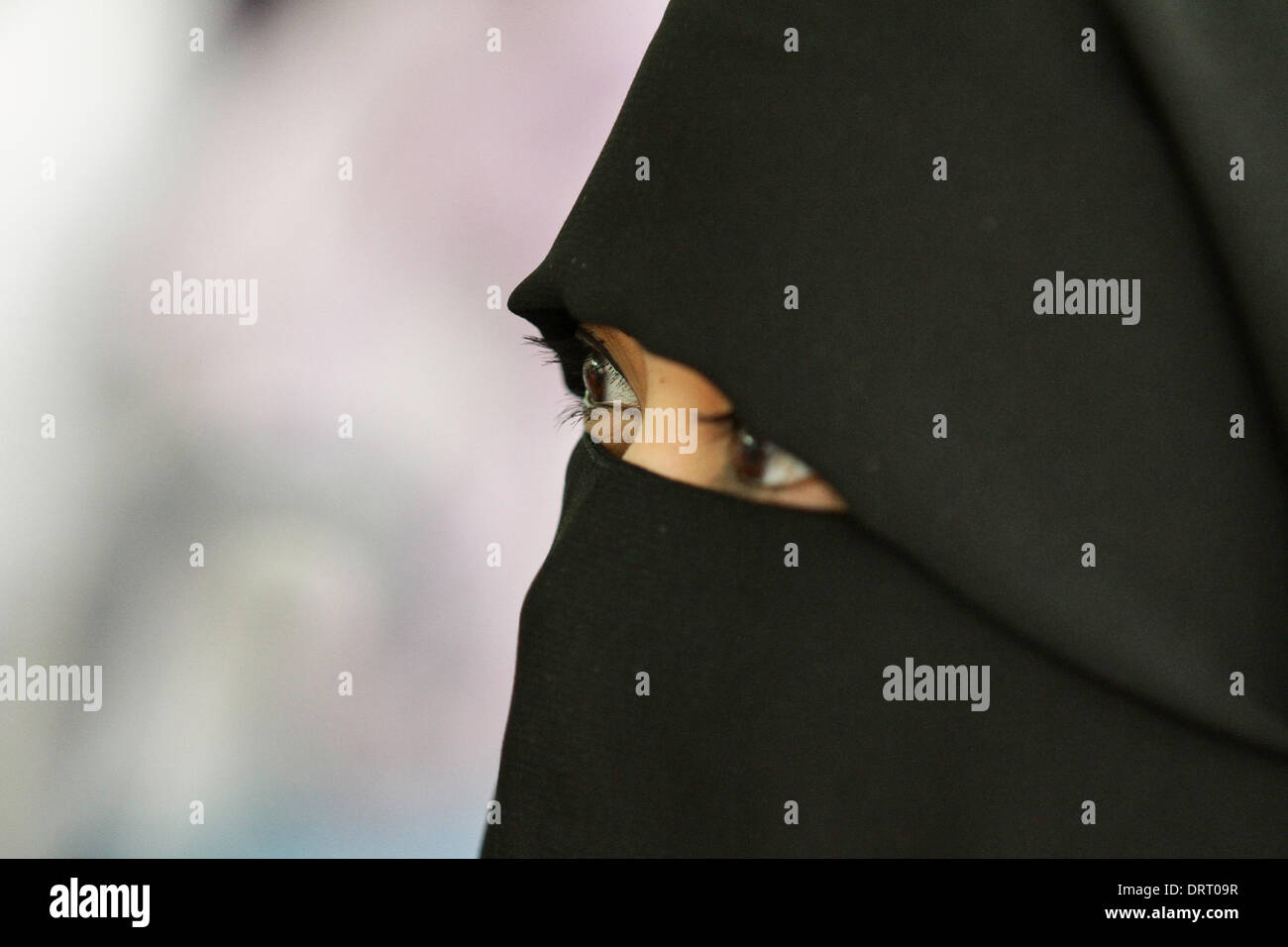 Quezon, Philippines. 1st Feb, 2014. A Muslim woman wearing a full face Hijab attends the World Hijad day program Stock Foto