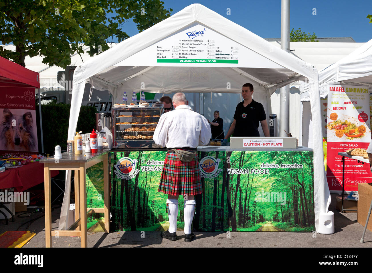 man-in-kilt-at-food-stall-at-bristol-vegfest-vegan-festival-2012-DT847Y.jpg