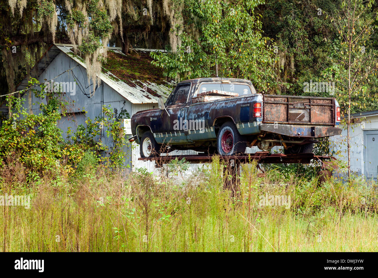 rundown-beat-up-rusting-pickup-truck-on-